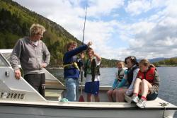 Sindre Willumsen (t.v.) med glade fiskarar i snekka.