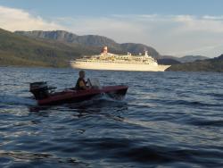 Roar Willumsen vurderer eit båtrace med turistskipet
