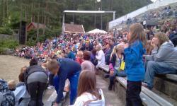 Amfiet i Kjuttaviga var fylt med over 1000 forventningsfulle tilskuere